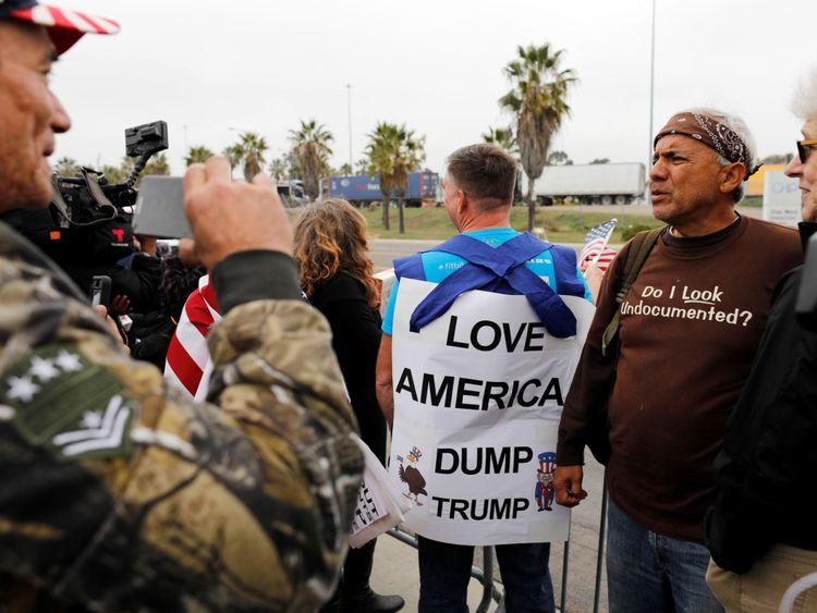 Des militants se rassemblent pour protester contre la visite du président