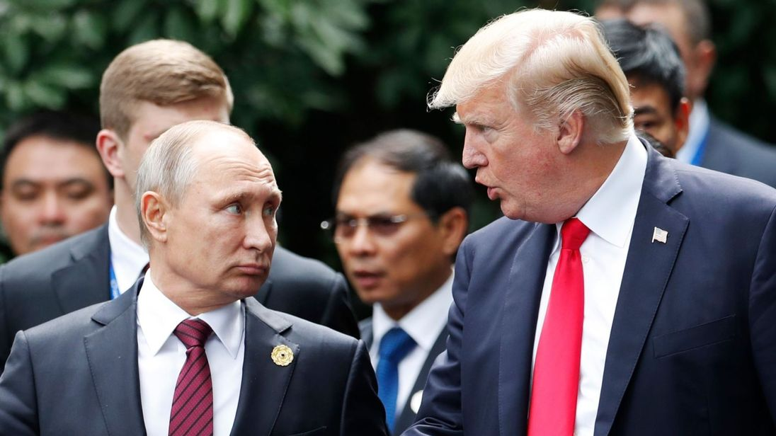 """M. Poutine était prêt à prendre des mesures de rétorsion. Le Premier ministre britannique, Theresa May, a déclaré que plus de 100 Russes avaient été expulsés de différents pays, dans ce qu'elle a qualifié de """"plus grande expulsion collective d'officiers de renseignement russes dans l'histoire"""". </p> <p> Elle a déclaré aux Communes: Au cours des trois dernières semaines, nous avons été très solidaires avec nos amis et partenaires de l'UE, de l'Amérique du Nord, de l'OTAN et au-delà, face aux conséquences de l'incident de Salisbury </p> <p>. »</p> <p> Les Skripals restent dans le coma et ne se rétabliront probablement pas complètement, a ajouté Mme May, ajoutant que quelque 130 autres personnes avaient potentiellement été exposées à l'agent neurotoxique en S. alisbury </p> <div class="""