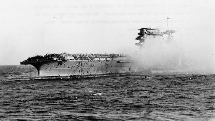 L'équipage survivant de l'USS Lexington, coulé par les Japonais dans la mer de corail, abandonner le navire le 8 mai 1942. Les marins glissent sur les cordes et sont ramassés par des petits bateaux ; le destructeur (à droite) ramasse les malades et les blessés. (Photo par Hulton Archive / Getty Images) </span><br />         <span class=