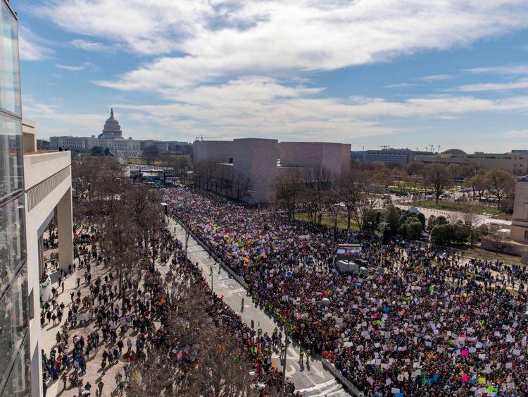 La foule au rassemblement de mars pour nos vies vu du toit du Newseum à Washington, DC