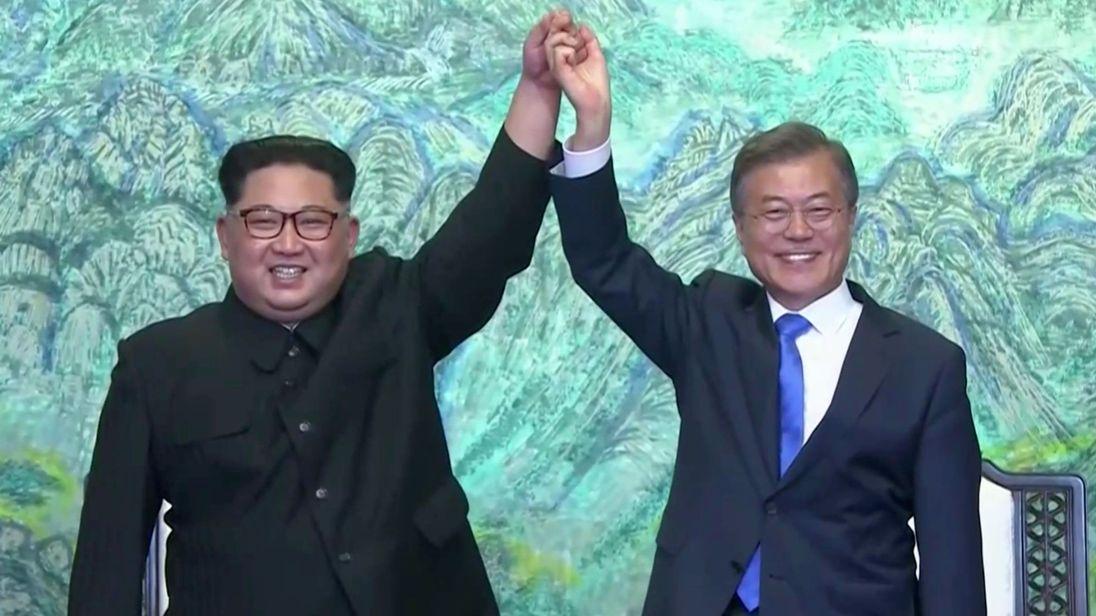 """Le président sud-coréen Moon Jae-in et North K Le dirigeant orien Kim Jong Un geste après la signature des accords """"srcset ="""" https://e3.365dm.com/18/04/320x180/skynews-moon-jae-in-kim-jong-un_4293912.jpg?20180427100846 320w, https: //e3.365dm.com/18/04/640x380/skynews-moon-jae-in-kim-jong-un_4293912.jpg?20180427100846 640w, https://e3.365dm.com/18/04/736x414/skynews -moon-jae-en-kim-jong-un_4293912.jpg? 20180427100846 736w, https://e3.365dm.com/18/04/992x558/skynews-moon-jae-in-kim-jong-un_4293912.jpg? 20180427100846 992w, https://camaraderielimited.fr/wp-content/uploads/2018/04/1524993966_249_skynews-moon-jae-in-kim-jong-un_4293912.jpg 1096w, https://e3.365dm.com/18/ 04 / 1600x900 / skynews-lune-jae-en-kim-jong-un_4293912.jpg? 20180427100846 1600w, https://e3.365dm.com/18/04/1920x1080/skynews-moon-jae-in-kim-jong -un_4293912.jpg? 20180427100846 1920w, https://e3.365dm.com/18/04/2048x1152/skynews-moon-jae-in-kim-jong-un_4293912.jpg?20180427100846 2048w """"tailles ="""" (min-width : 900px) 992px, 100vw"""