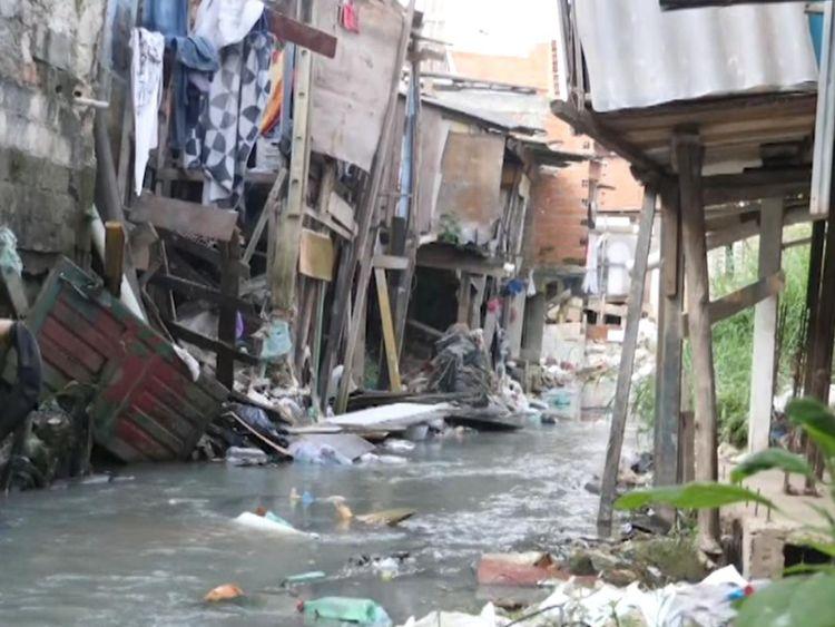 """rêve de sortir de la favela [1 9659037] Une charité nourrit chaque jour 900 enfants des favelas - ils disent que c'est le seul repas qu'ils recevront. </p> <p> Ils nourrissaient 1 500 enfants, mais en raison d'un manque de fonds, ils ont dû arrêter les repas pour 600 enfants – une décision qu'ils qualifient de """"déchirante"""". </p> <p> Pour les enfants qui vivent dans ces conditions, si un agent de football vient avec un ticket, un enfant – une famille – le prendra, sans savoir ce que cela coûtera. [19659003LaplupartdesclubsduBrésilontdesaubergesoùviventleursjeunesjoueursLeBrésilestunpaysimmenseetbeaucoupdegarçonsontdesopportunitésdansdesclubsloindechezeux</p> <p> A Santos, les plus jeunes joueurs vivent dans des dortoirs sous le stade et les adolescents plus âgés dans une maison voisine. </p> <div class="""