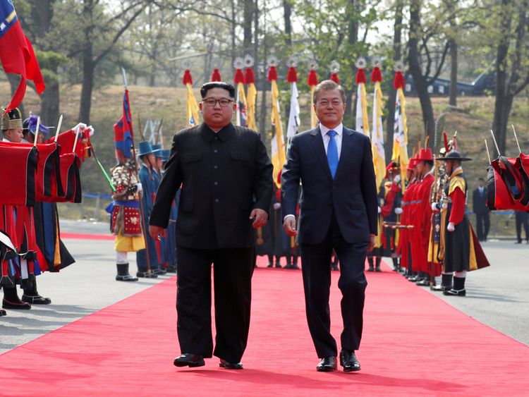 Le président sud-coréen Moon Jae-in se promène avec le dirigeant nord-coréen Kim Jong Un. Trêve village de Panmunjom
