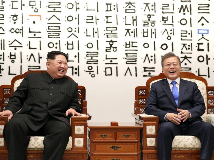 Le président sud-coréen Moon Jae-in discute avec le dirigeant nord-coréen Kim Jong Un lors de leur rencontre à la Maison de la Paix [19659008] [Image:</span><br />         <span class=