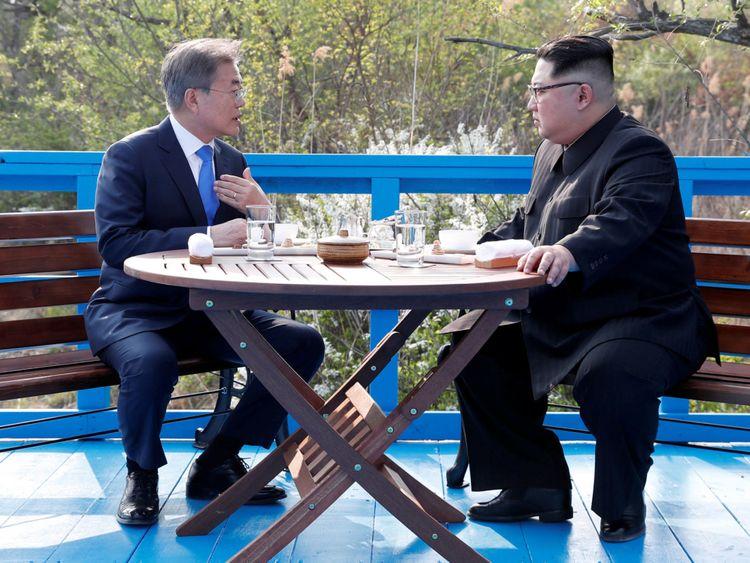 Le président sud-coréen Moon Jae-in et le dirigeant nord-coréen Kim Jong Un siègent ensemble au Ce village de Panmunjom