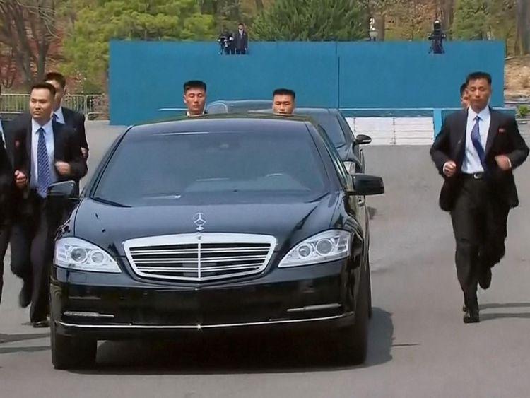 Le personnel de sécurité a couru à côté de la voiture de M. Kim pendant le déjeuner