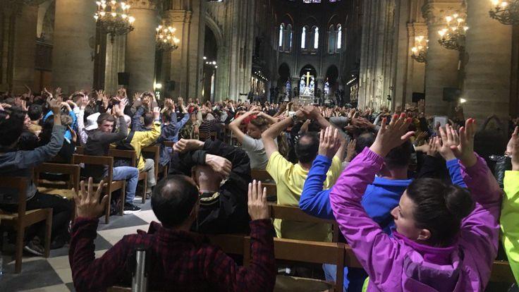 Les visiteurs ont levé la main pendant l'opération de police. Pic: Nancy Soderberg