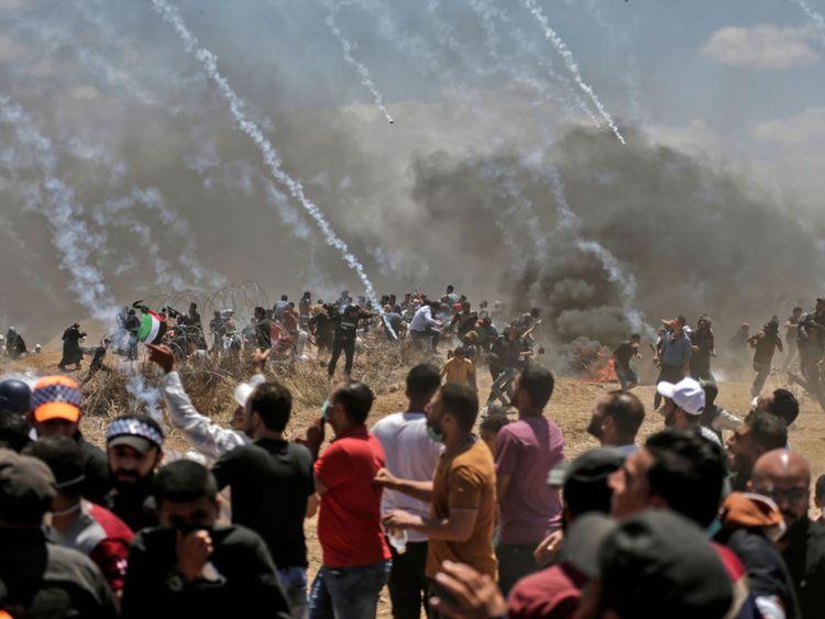 Les forces israéliennes tirent du gaz lacrymogène sur les Palestiniens près de la frontière.