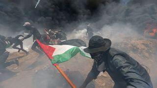 """Des manifestants palestiniens se cachent du gaz israélien lors d'une manifestation contre l'ambassade des Etats-Unis à Jérusalem et avant le 70ème anniversaire de Nakba, à la frontière entre Israël et Gaza dans le sud de la bande de Gaza le 14 mai 2018. REUTERS / Ibraheem Abu Mustafa """"srcset ="""" https://e3.365dm.com/18/05/320x180/skynews-gaza-israel_4310231.jpg?20180514170317 320w , https://e3.365dm.com/18/05/640x380/skyn ews-gaza-israel_4310231.jpg? 20180514170317 640w, https://e3.365dm.com/18/05/736x414/skynews-gaza-israel_4310231.jpg?20180514170317 736w, https://e3.365dm.com/18/ 05 / 992x558 / skynews-gaza-israel_4310231.jpg? 20180514170317 992w, https://e3.365dm.com/18/05/1096x616/skynews-gaza-israel_4310231.jpg?20180514170317 1096w, https: //e3.365dm. com / 18/05 / 1600x900 / skynews-gaza-israel_4310231.jpg? 20180514170317 1600w, https://e3.365dm.com/18/05/1920x1080/skynews-gaza-israel_4310231.jpg?20180514170317 1920w, https: // e3.365dm.com/18/05/2048x1152/skynews-gaza-israel_4310231.jpg?20180514170317 2048w """"tailles ="""" (min-largeur: 900px) 992px, 100vw"""