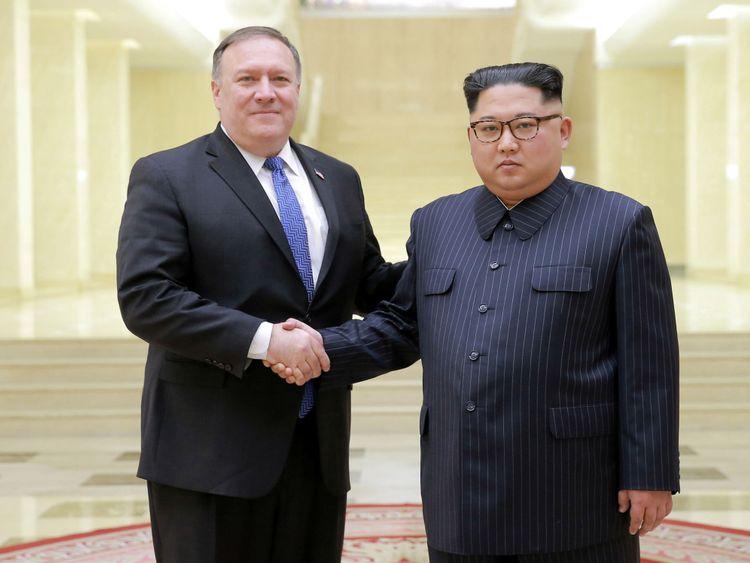 Le dirigeant nord-coréen Kim Jong Un serre la main au secrétaire d'Etat américain Mike Pompeo </span><br />         <span class=