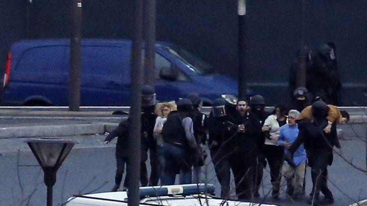 Des otages sont escortés dans une épicerie casher à la Porte de Vincennes