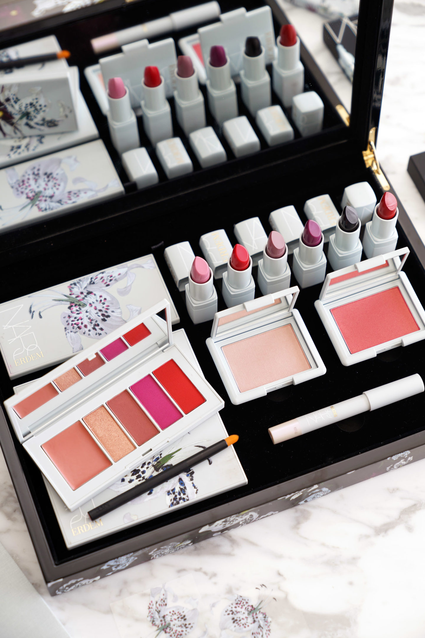 NARS x Erdem Étrange revue de la collection de fleurs via The Beauty Look Book