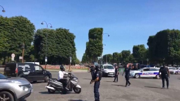 que la police redirige la circulation à la suite d'un incident; impliquant une voiture sur les Champs-Elysées