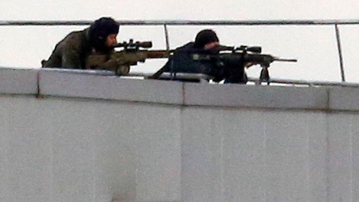 Les snipers prennent position sur le toit du complexe de Dammartin-en-Goele où les frères Kouachi sont terrés