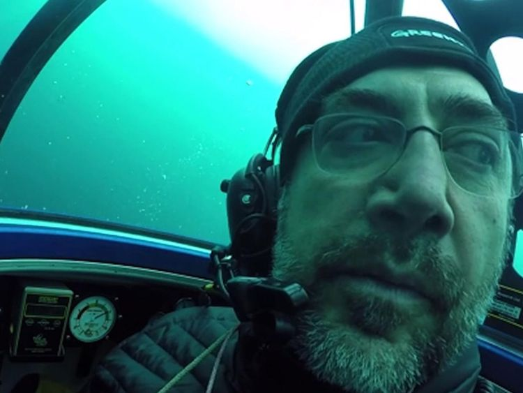 Javier Bardem regardant la pollution plastique en Antarctique
