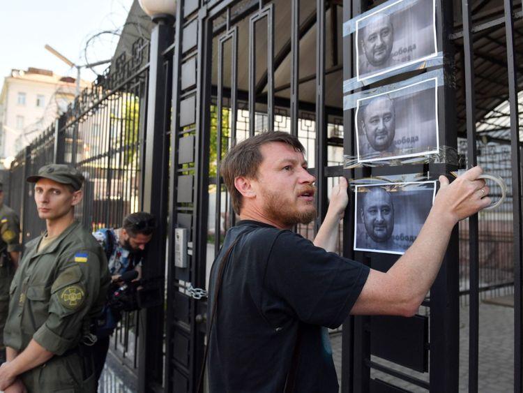 M. Babchenko devant l'ambassade de Russie après avoir cru qu'il était mort