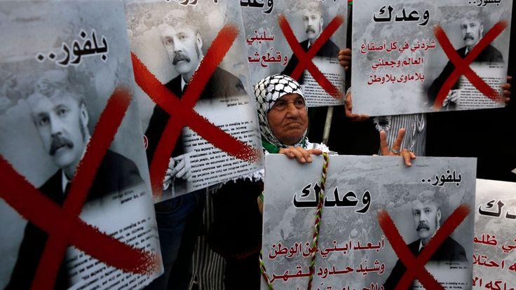 Des manifestants palestiniens portent des pancartes du Premier ministre britannique Balfour alors qu'ils protestaient contre la Déclaration Balfour