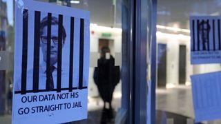 Des affiches représentant le PDG de Cambridge Analytica, Alexander Nix, derrière les barreaux à l'entrée des bureaux de la société à Londres