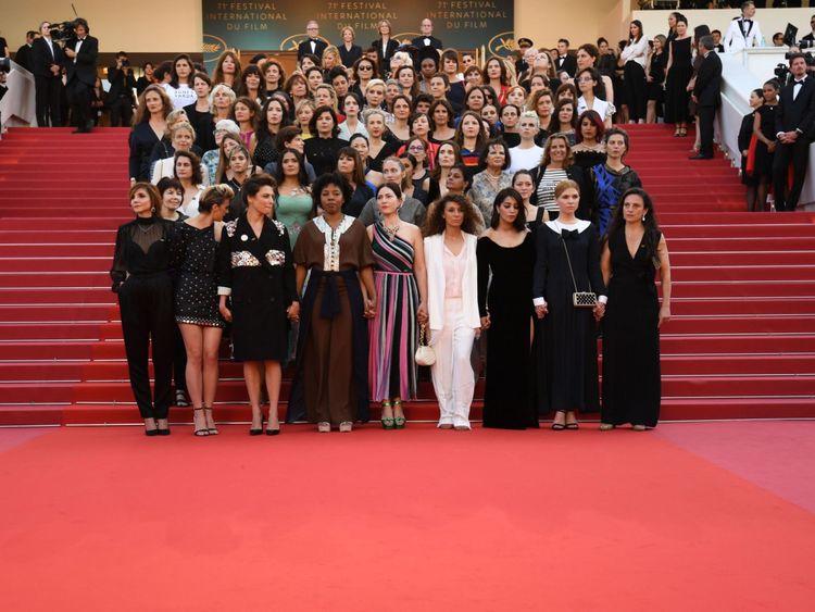 """Des réalisateurs, des actrices et des représentants de l'industrie se posent sur le tapis rouge pour protester contre le manque de réalisatrices honorées tout au long de l'histoire du festival lors de la projection de """"Girls Of The Soleil (Les Filles Du Soleil) & # 39; lors de la 71e édition du Festival de Cannes au Palais des Festivals le 12 mai 2018 à Cannes, dans le sud-est de la France. - Seulement 82 films en compétition dans la sélection officielle ont été dirigés par des femmes depuis la création du Festival de Cannes alors que 1645 films"""
