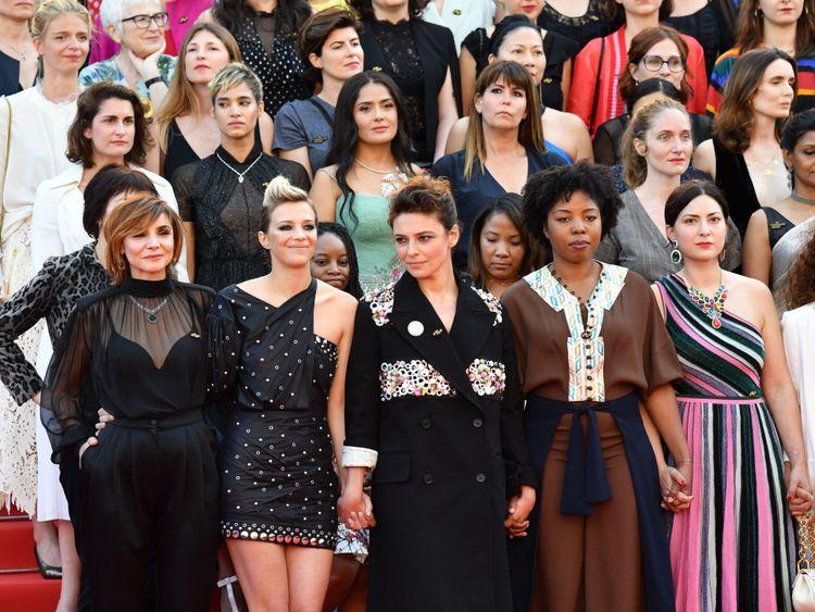 Des réalisateurs, des actrices et des représentants de l'industrie posent sur le tapis rouge pour protester contre le manque de réalisatrices L'histoire du festival à la projection de Les Filles du Soleil & # 39; lors de la 71e édition du Festival de Cannes au Palais des Festivals le 12 mai 2018 à Cannes, dans le sud-est de la France. - Seulement 82 films en compétition dans la sélection officielle ont été réalisés par des femmes depuis la création du Festival de Cannes alors que 1645 films