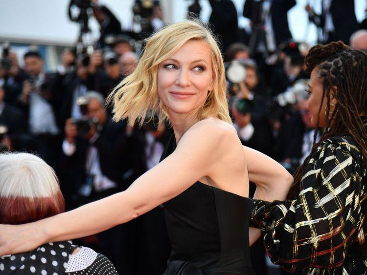 L'actrice australienne Cate Blanchett (C) marche sur le tapis rouge protestation du manque de réalisatrices honorées tout au long de l'histoire du festival lors de la projection des Filles du Soleil (Les Filles du Soleil) & # 39; lors de la 71e édition du Festival de Cannes au Palais des Festivals le 12 mai 2018 à Cannes, dans le sud-est de la France. - Seulement 82 films en compétition dans la sélection officielle ont été dirigés par des femmes depuis la création du Festival de Cannes alors que 1.645 films [71] Cate Blanchett a lu un discours exigeant l'égalité </span><br />       </figcaption></figure> </div> <p> La manifestation Sept mois après que l'industrie cinématographique a été secouée par des allégations de harcèlement sexuel par le magnat du film Harvey Weinstein </p> <p>elle a déclenché le mouvement #MeToo qui a vu les stars d'Hollywood parler publiquement pour la première fois.</pre>  <div class=bzkshop><ul class=bzkshop-list>  <li class=bzkshop-item tabindex=0 data-bzkshop=