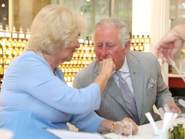 Le Prince de Galles et la Duchesse de Cornouailles testent diverses senteurs lors d'une visite à la Parfumerie Fragonard à Eze, France
