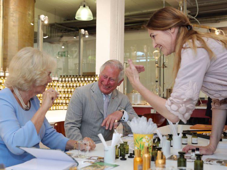 Le prince de Galles et la duchesse de Cornouailles créer leurs propres parfums lors d'une visite à la Parfumerie Fragonard à Eze, France