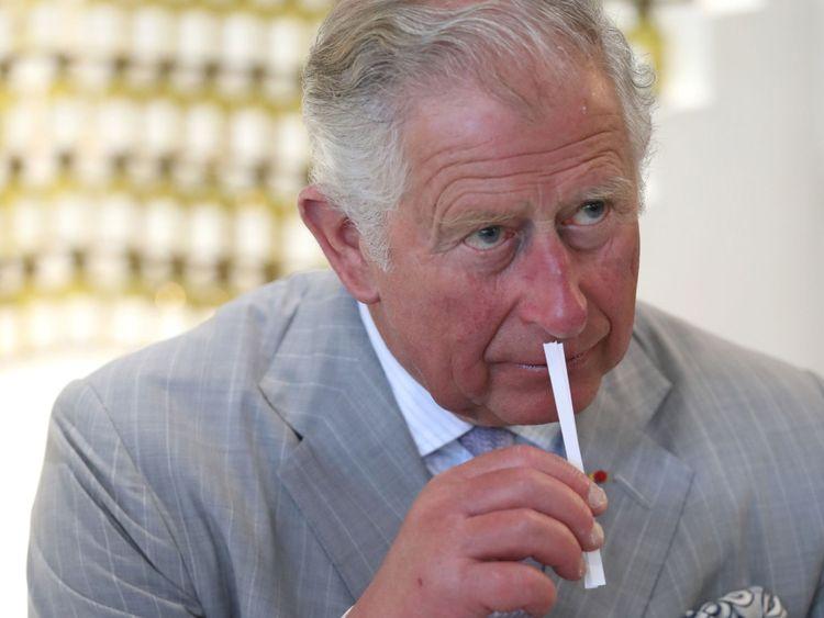 Le Prince de Galles sent un échantillon de parfum lors d'une visite à la Parfumerie Fragonard à Eze, en France.