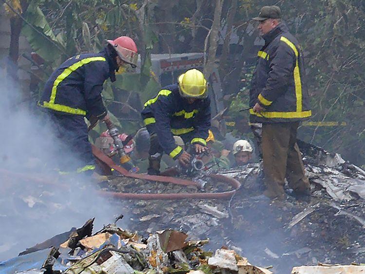 Les pompiers travaillent sur le lieu de l'accident. L'avion Cubana de Aviacion s'est écrasé après avoir décollé de l'aéroport Jose Marti de La Havane le 18 mai 2018. - Un avion de ligne de l'État cubain avec 113 personnes à bord s'est écrasé peu de temps après son décollage de l'aéroport de La Havane. les médias ont rapporté. Le Boeing 737 opéré par Cubana de Aviacion s'est écrasé près de l'aéroport international. l'agence d'Etat Prensa Latina a rapporté. Des sources aéroportuaires ont déclaré que l'avion de ligne se dirigeait de la capitale vers l'est