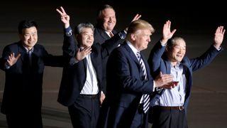 Les trois Américains, anciennement pris en otage en Corée du Nord, agissent à côté du président américain Donald Trump et du secrétaire d'État Mike Pompeo