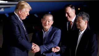 Donald Trump salue les Américains anciennement pris en otage en Corée du Nord à leur arrivée à la base commune. Andrews