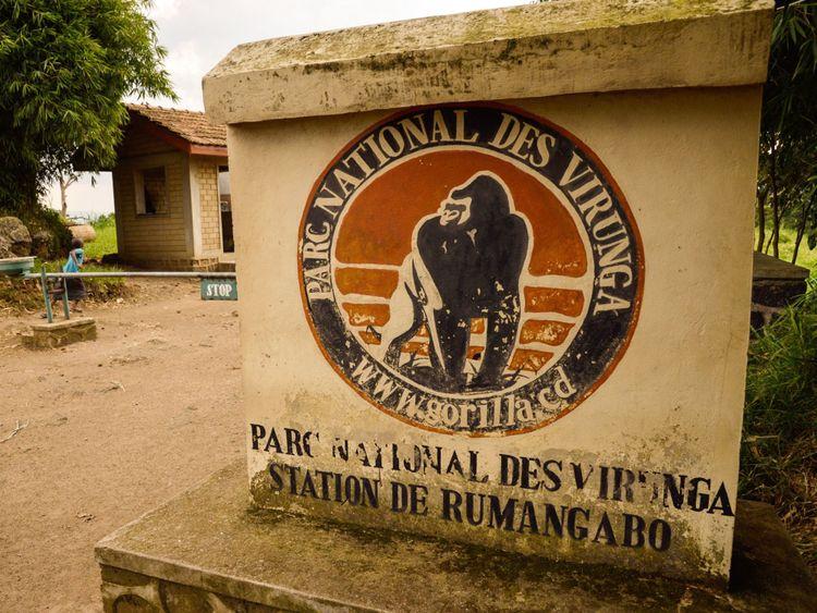 ALLER AVEC L'HISTOIRE DE L'AFP PAR MARC JOURDIER. Un accès au parc national des Virunga est vu près de Rutshuru le 17 juin 2014. Les personnes vivant dans et autour de la plus ancienne réserve faunique d'Afrique - Parc national des Virunga - menacés par des groupes armés et des prospecteurs de pétrole, ils placent leurs espoirs dans des projets de développement durable pour l'énergie, l'agriculture et le tourisme. Dans la région du parc, à environ 70 kilomètres (45 miles) au nord de Goma, dans l'est de la République démocratique du Congo, les villageois ont du mal à joindre les deux bouts. AFP PHOTO / JUNIOR D. KANNAH