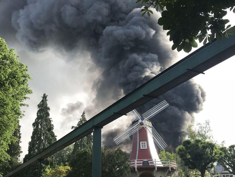 Une colonne noire de fumée s'élève un entrepôt en flammes au dessus du parc d'attraction Europapark & # 39; à Rust, dans le sud de l'Allemagne, le 26 mai 2018. - Un incendie s'est déclaré dans l'Europa Park Rust à Baden-Wuerttemberg