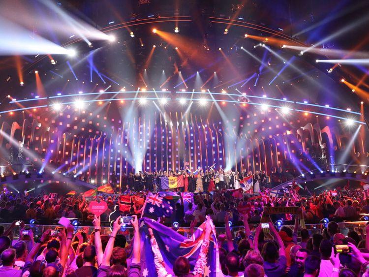 Les 10 nations gagnantes de la deuxième demi-finale de 2018 se tiennent ensemble sur scène