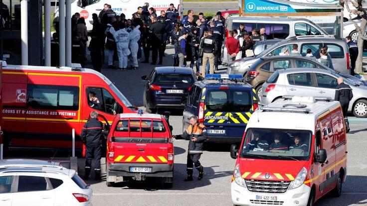 Les forces de secours et les policiers après la prise d'otages à Trebes