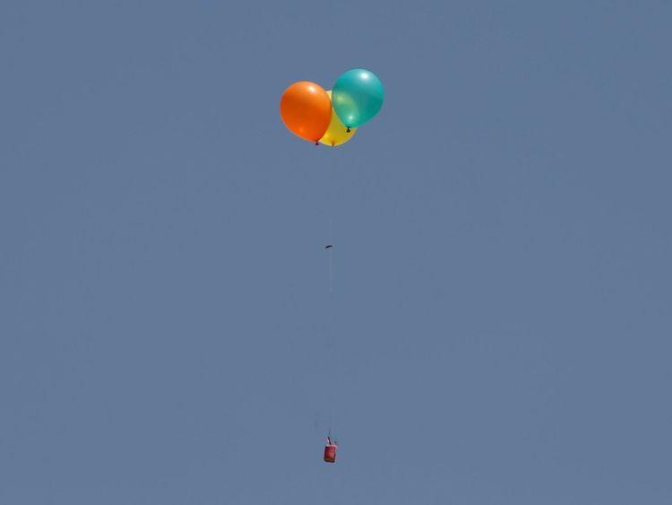 Des ballons enflammés sont libérés b Des manifestants palestiniens du côté israélien
