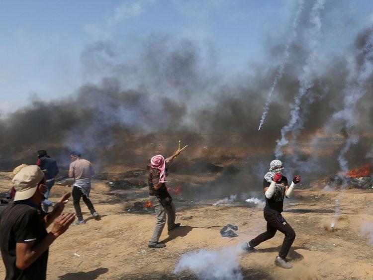 Des bombes lacrymogènes sont tirées par les forces israéliennes sur les Palestiniens