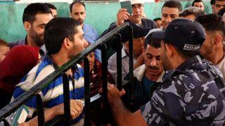 """Les Palestiniens se pressent pour monter dans un bus en direction de l'Egypte après l'ouverture de la frontière dans un mouvement rare """" srcset = """"https://e3.365dm.com/18/05/320x180/skynews-gaza-palestinians_4315893.jpg?20180520171502 320w, https://e3.365dm.com/18/05/640x380/skynews-gaza- palestinians_4315893.jpg? 20180520171502 640w, https://e3.365dm.com/18/05/736x414/skynews-gaza-palestinians_4315893.jpg?20180520171502 736w, https://e3.365dm.com/18/05/992x558/ skynews-gaza-palestinians_4315893.jpg? 20180520171502 992w, https://e3.365dm.com/18/05/1096x616/skynews-gaza-palestinians_4315893.jpg?20180520171502 1096w, https://e3.365dm.com/18/ 05 / 1600x900 / skynews-gaza-palestinians_4315893.jpg? 20180520171502 1600w, https://e3.365dm.com/18/05/1920x1080/skynews-gaza-palestinians_4315893.jpg?20180520171502 1920w, https: //e3.365dm. com / 18/05 / 2048x1152 / skynews-gaza-palestinians_4315893.jpg? 20180520171502 2048w """"tailles ="""" (min-largeur: 900px) 992px, 100vw"""