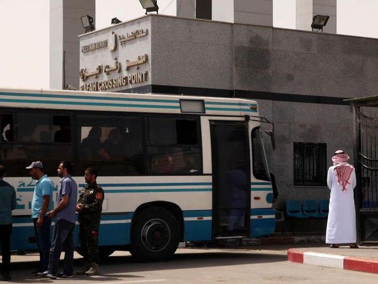 Des gens en bus de Gaza au point de passage de Rafah