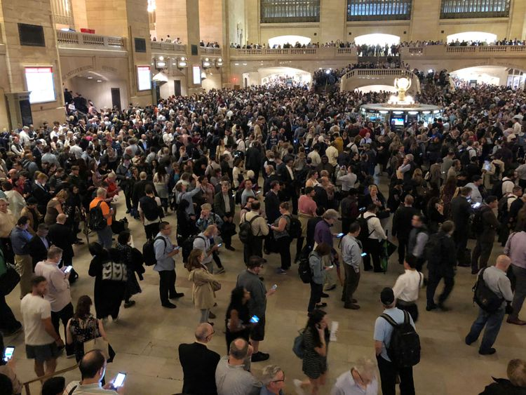 Les navetteurs à New York ont été bloqués à Grand Central Terminal mardi Le gouverneur du Connecticut, Dannel Malloy, a déclaré que les autorités évaluaient les dégâts afin de déterminer si une zone sinistrée devait être déclarée zone sinistrée