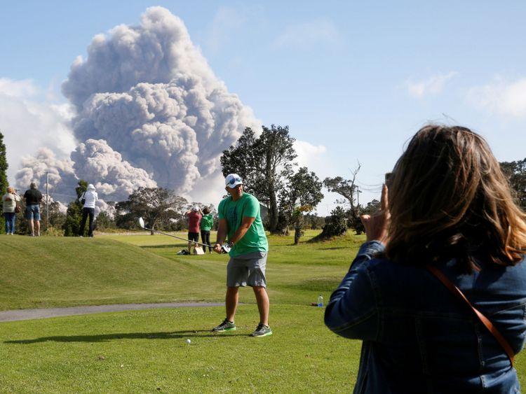 Sean Bezecny, 46 ans, de Houston, Texas, a joué Le golf sous forme de cendres du cratère Halemaumau