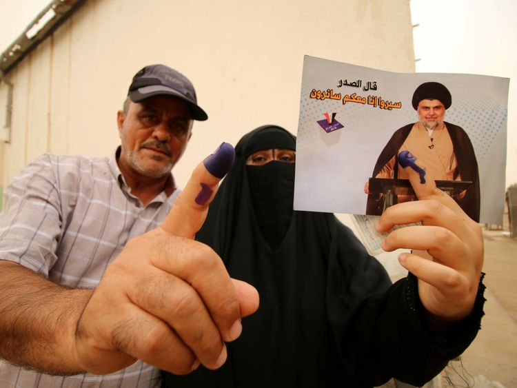 montrer leur encre-staine Les gens montrent leurs doigts tachés d'encre après avoir voté à Bassorah </span><br />       </figcaption></figure> </div> <p> Un autre candidat fort est l'influent religieux Muqtada al Sadr, qui commandait une puissante milice chiite qui combattait les troupes américaines dans la région de Bassorah </span><br />       </figcaption></figure> </div> <p> ans après l'invasion de 2003. Il a ensuite mobilisé la milice après que des militants de l'EI aient balayé le nord et le centre de l'Irak à l'été 2014. </p> <p> L'Irak a proclamé la victoire sur l'EI en décembre. </p> <p> L'élection de samedi – la quatrième depuis le renversement de Saddam Hussein en 2003 pour la première fois dans le but de réduire la fraude. </p> <p> Des centres de vote ont été mis en place pour un grand nombre des deux millions de ressortissants du pays qui ont été déplacés par la guerre contre l'EI. Les forces de sécurité irakiennes montent la garde devant un bureau de vote à Bagdad «/></p></div><figcaption class=