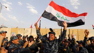 """Un membre de la police fédérale irakienne brandit un drapeau irakien alors qu'ils célèbrent la victoire des opérations militaires contre les militants de l'Etat islamique à l'ouest de Mossoul, en Irak le 2 juillet """"srcset ="""" https://e3.365dm.com/17/12/320x180/skynews-iraq-mosul- islamic-state_4178280.jpg? 20171209164509 320w, https://e3.365dm.com/17/12/640x380/skynews-iraq-mosul-islamic-state_4178280.jpg?20171209164509 640w, https://e3.365dm.com/ 17/12 / 736x414 / skynews-irak-mosul-islamic-state_4178280.jpg? 20171209164509 736w, https://e3.365dm.com/17/12/992x558/skynews-iraq-mosul-islamic-state_4178280.jpg?20171209164509 992w, https://e3.365dm.com/17/12/1096x616/skynews-iraq-mosul-islamic-state_4178280.jpg?20171209164509 1096w, https://e3.365dm.com/17/12/1600x900/skynews -iraq-mosul-islamique-état_417 8280.jpg? 20171209164509 1600w, https://e3.365dm.com/17/12/1920x1080/skynews-iraq-mosul-islamic-state_4178280.jpg?20171209164509 1920w, https://e3.365dm.com/17/ 12 / 2048x1152 / skynews-iraq-mosul-islamique-state_4178280.jpg? 20171209164509 2048w """"sizes ="""" (min-width: 900px) 992px, 100vw"""