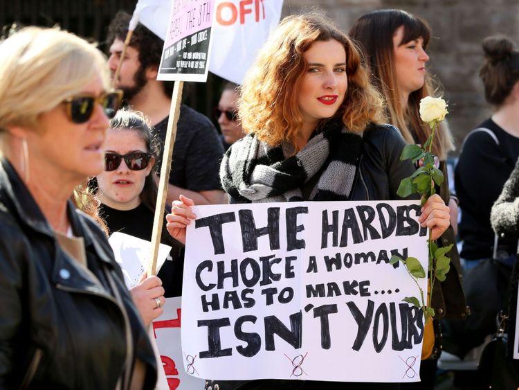 des pancartes lors de la Marche for Choice, appelant à la légalisation de l'avortement en Irlande après l'annonce du référendum, à Dublin le 30 septembre 2017. Des dizaines de milliers de personnes sont attendues lors d'un rassemblement pour les droits à l'avortement à Dublin le 30 septembre. d'un côté d'un débat féroce après que l'Irlande a annoncé qu'elle tiendrait un référendum sur la question l'année prochaine. / AFP PHOTO / Paul FAITH (Crédit photo devrait lire PAUL FAITH / AFP / Getty Images)