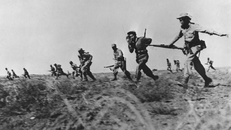 L'infanterie israélienne faisant un assaut complet contre les forces arabes en 1948