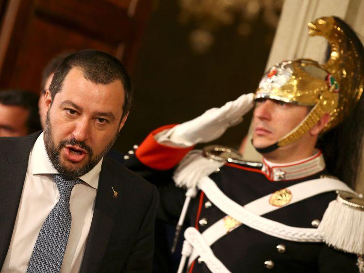 """Le dirigeant du parti Ligue Matteo Salvini quitte après une rencontre avec le président italien Sergio Mattarella lors de la deuxième journée de consultations au palais du Quirinal à Rome Le leader du parti de la Ligue, Matteo Salvini, voulait un ministre de l'économie eurosceptique </span><br />       </figcaption></figure> </div> <p> Le leader de la Ligue, M. Salvini, et son homologue du Mouvement 5-étoiles, M. Di Maio, sont tous les deux eurosceptiques. »</p> <p> Mais cette ambition s'était révélée inacceptable pour le président pro-européen, et le blocage de la formation d'un cabinet a coûté à M. Conte la chance de faire l'histoire. </p> <p> le développement dramatique, premier ministre par intérim et supporteur de Mattarella Paolo Gentiloni a déclaré: """"Maintenant, nous devons sauver notre grand pays."""" </p> <p> <strong> :: Pourquoi les marchés ont allumé le nouveau gouvernement de l'Italie </strong></p> <div class="""
