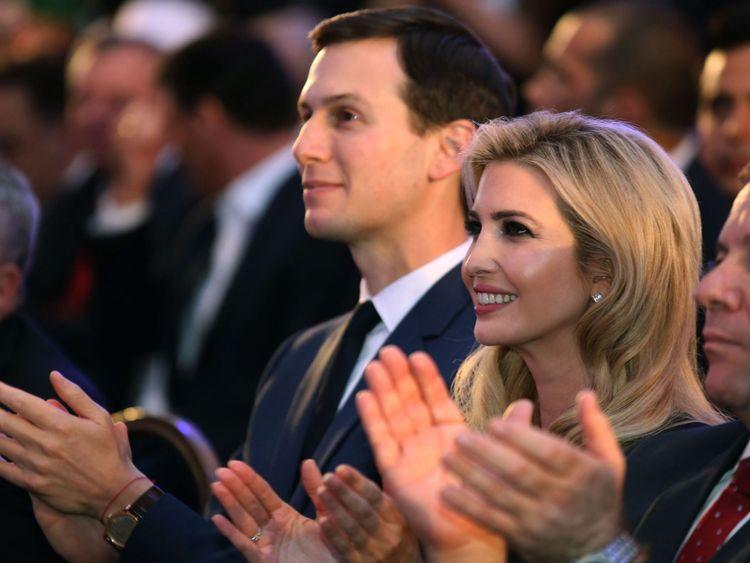 """Ivanka Trump (C), fille du président américain, et Jared Kushner (L), conseiller principal de la Maison Blanche de son mari, assistent à la réception officielle à l'occasion de l'ouverture de l'ambassade des Etats-Unis à? Jared Kushner et Ivanka Trump sont parmi les invités </span><br />       </figcaption></figure> </div> <p> La délégation générale de l'Organisation de libération de la Palestine aux Etats-Unis a déclaré que le mouvement de l'ambassade des Etats-Unis """"donne vie à un religieux »</p> <p> Ils ajoutent:« Tragiquement, l'administration américaine a choisi de se ranger du côté des revendications exclusivistes d'Israël sur une ville sacrée depuis des siècles pour toutes les religions. »</p> <p> en attente de toute décision sur l'emplacement de l'ambassade, en attendant les progrès dans les pourparlers de paix, qui sont en suspens depuis 2014. </p> <p> <strong> :: Pourquoi Trump veut-il déplacer l'ambassade américaine en Israël? </strong> </p> <p> La plupart des autres pays disent que le déplacement de leurs ambassades préjuge d'un éventuel accord de paix entre les deux parties et ils manifestent leur désapprobation dimanche par leur absence. </p> <div class="""