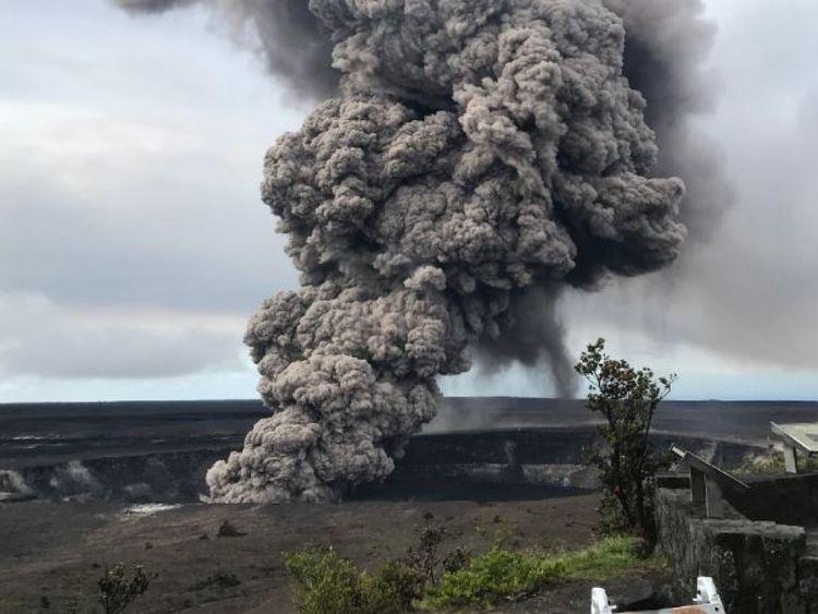 Une colonne de cendres monte du volcan
