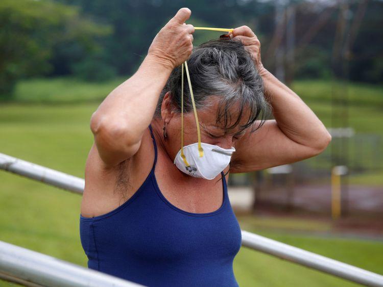 """Une résidente enfile un masque antipoussière pour se protéger Une résidente enfile un masque antipoussière pour se protéger des émissions volcaniques </span><br />       </figcaption></figure> </div> <p> La résidente Lindsey Magnani a déclaré que ses deux enfants, un bébé de deux ans et un bébé de trois mois , se débrouillait bien, mais elle et son fiancé avaient tous les deux éternué toute la journée. </p> <p> """"Ce matin, ça sentait le soufre et nous devions fermer toutes les fenêtres"""", dit Mme Magnani. </p> <p> abri des cendres que les niveaux de gaz toxique dopés dans un petit sud zone de lave où <strong> la lave a éclaté du sol au cours de cette éruption de deux semaines. </strong></p> <div class="""