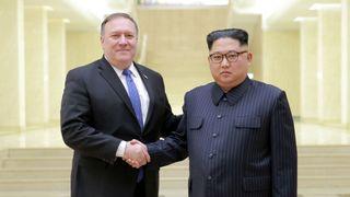 Le dirigeant nord-coréen Kim Jong Un serre la main avec le secrétaire d'Etat américain Mike Pompeo